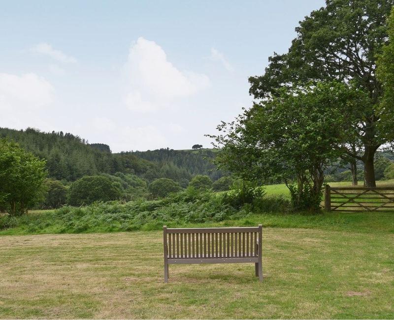 lower-meadow-bench-800x651